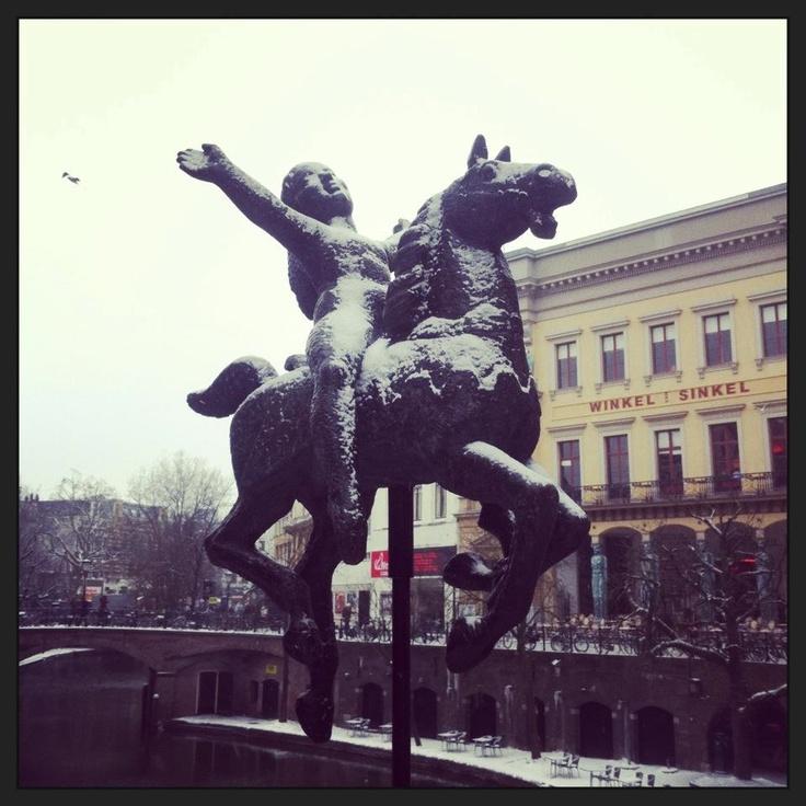 Meisje op draaimolenpaard van Pieter d'Hont - Stadhuisbrug