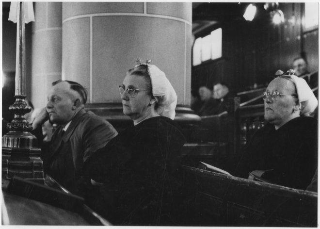 Keizerstraat, Oude Kerk, kerkgangers. Links het echtpaar Arie van der Zwan (1899-1972) en Catharina de Graaf (1903-1985). ca 1955 EH Klijzing #ZuidHolland #Scheveningen