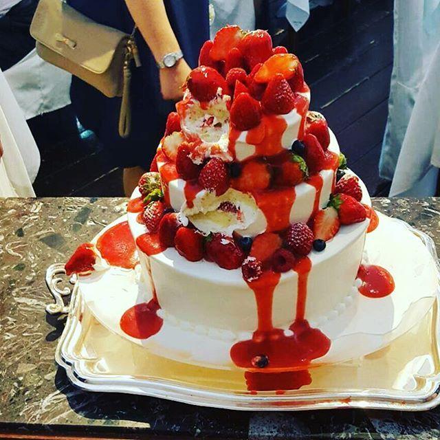 やってみたかったカラードリップケーキ♡ イチゴのソースでインパクト抜群! だらっだらに垂れてワタワタの賑やかで楽しいウェディングケーキでした。 もちろん味は抜群\(//∇//)\ふわふわのスポンジが最高でした♡ #結婚式レポート #卒花嫁  #ウェディングケーキ #カラードリップケーキ #merry