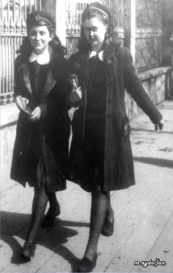 iki öğrenci kız 1940'lar --- Two schoolgirls 1940s