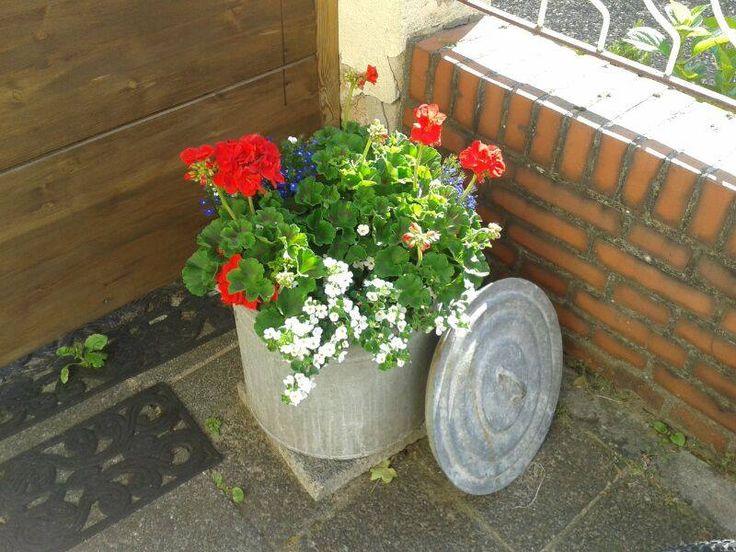 an old preserving pot with flowers Alter Einmachtopf mit Blumen