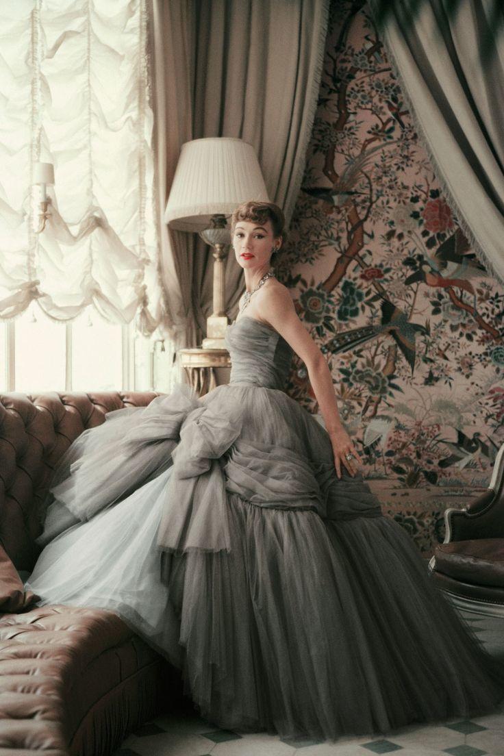 グレーカラーにビッグリボンが可愛い♡クリスチャン・ディオールのプリンセスドレス♡ ハイブランドのカラードレス・花嫁衣装まとめ。