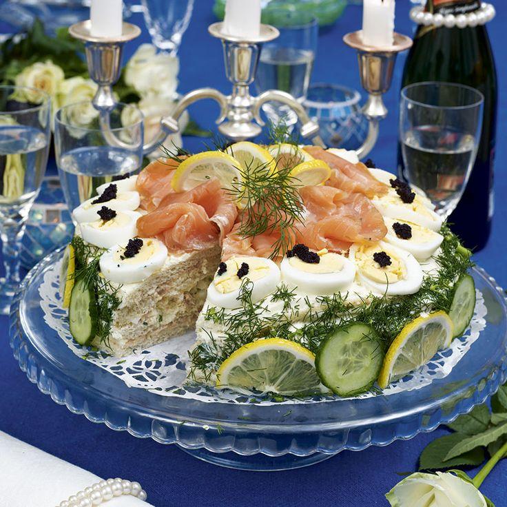 Lax, räkor och svart kaviar gör den här tårtan i fyra våningar extra festlig.