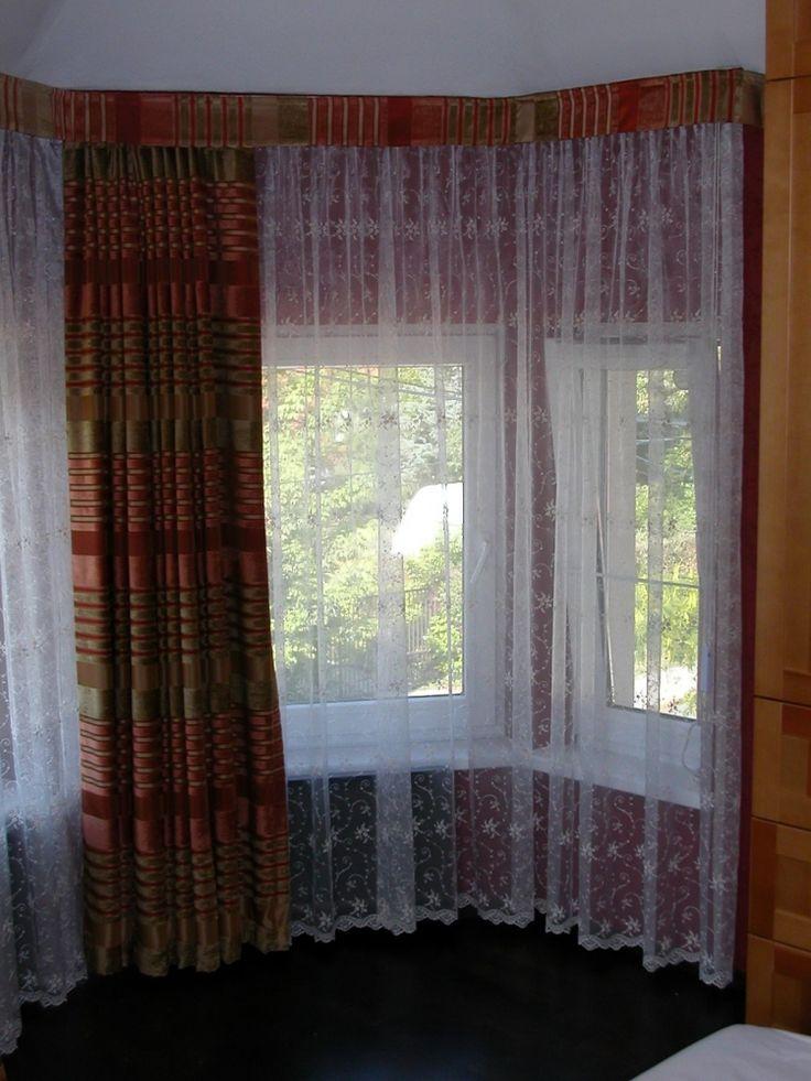 Bástyaíves ablak függönyözése. Fényáteresztő függöny hímzett organza, sötétítő függöny zsenilia csíkkal szövött taft, black out fényzáró függönnyel bélelve