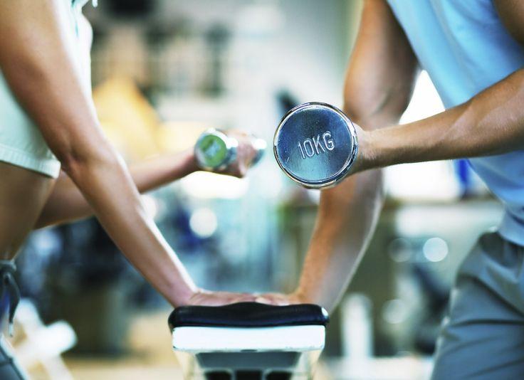 Sterke botten door oefeningen met weerstand -  Use it or lose it. Dit geldt ook voor sterke botten. Voeding en de juiste voedingsstoffen zijn belangrijk om je botten sterk te houden maar lichaamsbeweging (use it) is nog veel belangrijker. En danbeweging waarbij je weerstand ondervindt. Van de zwaartekracht of door gewichten. Het mooie van deze laatste is dat je zelf kunt uitzoeken wat voor jouhet geschikste gewicht is.  1 Hardlopen of wandelen  Als alleen maar hardlopen voor jou nog een…