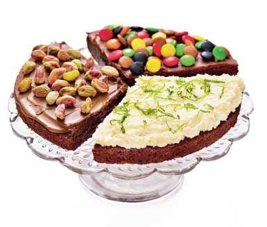 """Recept på bästa kladdkakan får du här. En smarrig kraftfull kaka med tre olika möjliga garneringar. En med Philadelphiaost, citron och kokos, en garnering med smör, florsocker och kaffe och en med nougat och nötter, gärna pistage. Bara att välja! Vill du har mer att välja på? <br><a href=""""http://www.ica.se/recept/kladdkaka/""""> Här hittar du fler härliga kladdkakerecept </a>."""