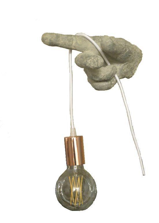 Het laatste ontwerp van Incosi Collections in 2016!  Een hand van 24 x 15 x 15 cm in betonlook die een mooie vintage lamp aan een koperkleurige fittinghuls met wit strijkijzersnoer vasthoudt.  De peer is een energiezuinige vintage Classic Brilliance niet dimbare lichtbron. Door de lange levensduur en het lage verbruik van deze moderne LED's in een retro jasje, hoef je geen compromis te sluiten en bespaar je ook nog eens enorm op je energierekening. Het verbruik van deze lampen is een 10de…