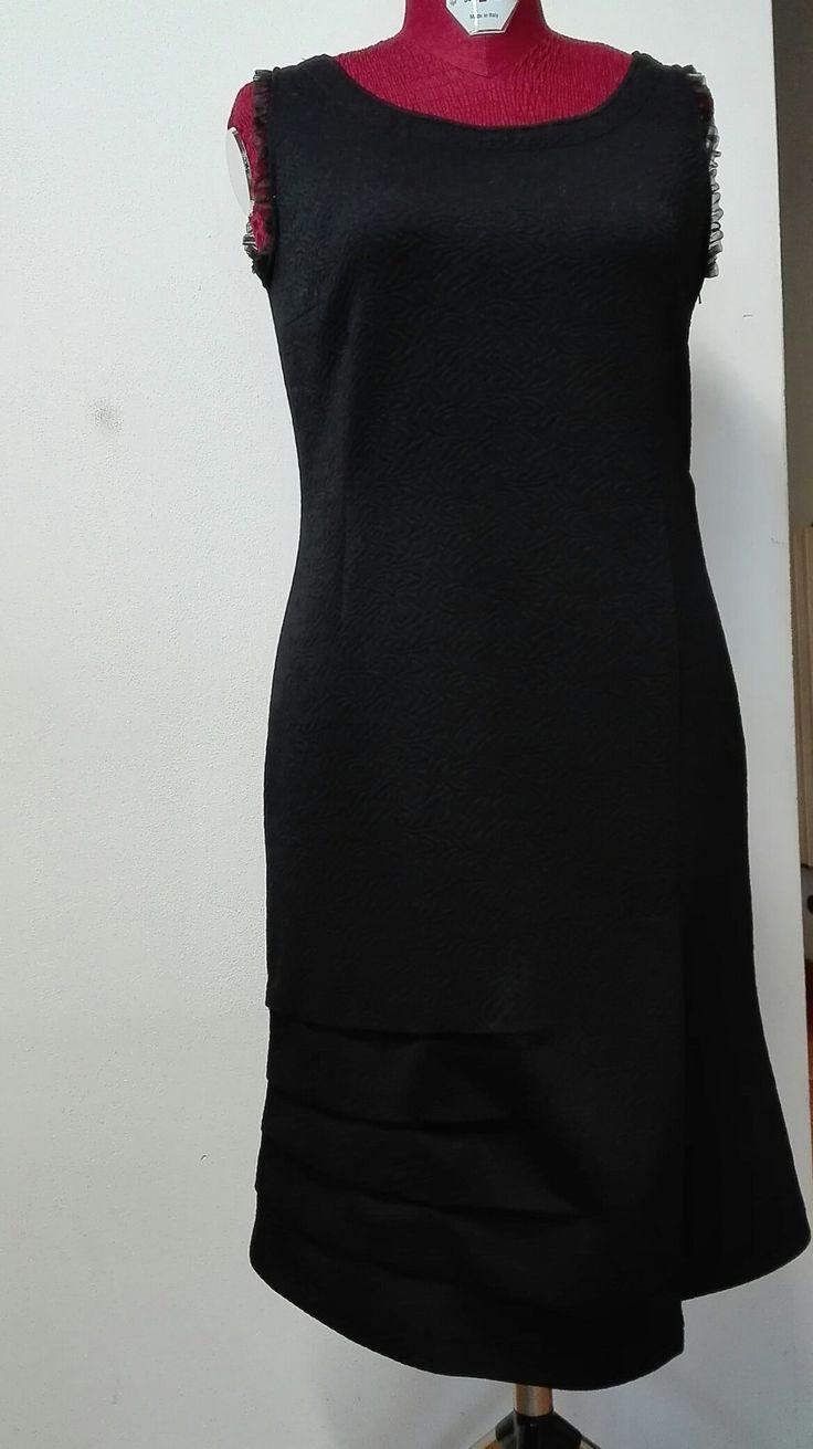 Abito elegante in jersey broccato nero, giromanica rifinito in organza, pieghe laterali sul fondo dx e taglio con piega a sx. Sz. M di agomaniaatelier su Etsy