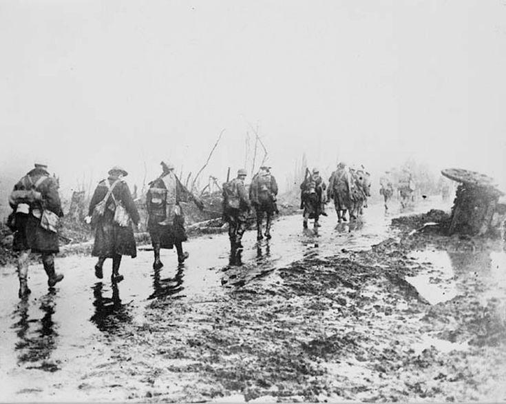 Des soldats canadiens quittant les tranchées. La bataille de la Somme fut l'une…