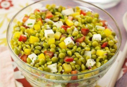 Esta salada colorida de ervilha é muito fácil de fazer e fica deliciosa. Pode ser também o prato principal. Combina a ervilha seca com mandioquinha. Confira!