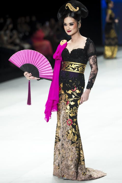 This runway look is very beautiful and cultural, but has quite modern twists with the pink sash and oversized fan. The makeup is also matching, with blush and lipstick shades in a dark pink.