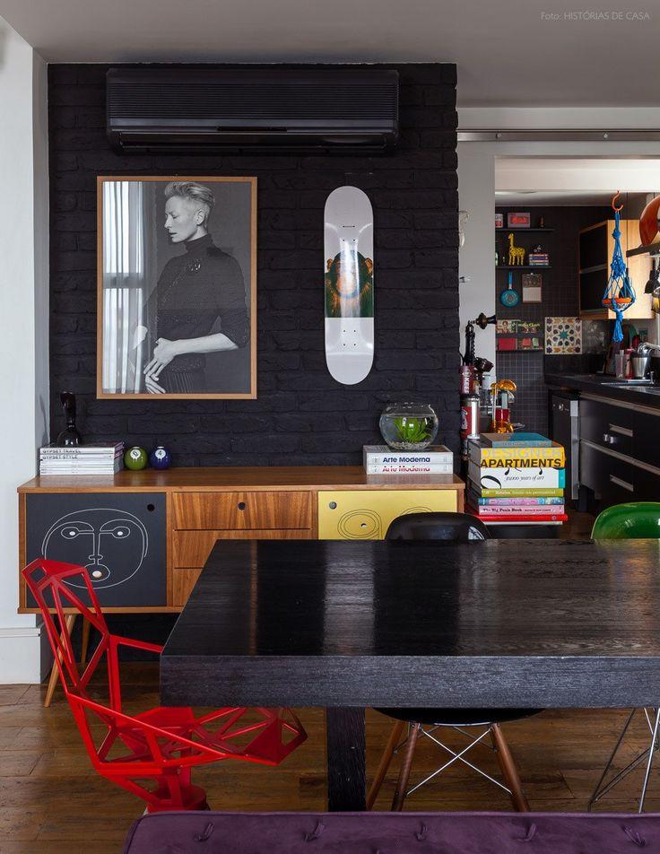 O tijolinho é um revestimento incrível. Na sala, na cozinha, na varanda... Ele sempre faz bonito. Nessa sala, o tijolinho pintado de preto com o skate na parede dão um ar jovem e urbano.