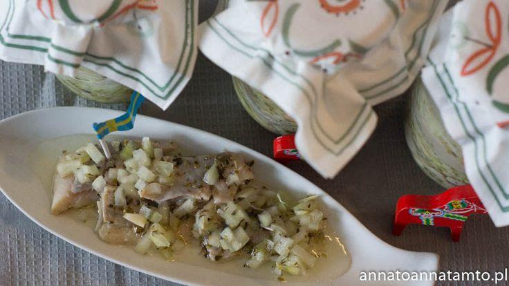 Przepis :  Ok. 1kg śledzi 4 cebule pokrojone w kostkę Dowolne zioła ( np. prowensalskie)