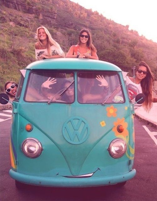 Девушки хиппи едут на фургоне фольксваген