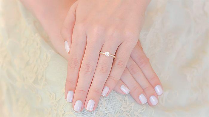 6. Você sabe em qual dedo se usa o anel de noivado?  Leia Mais: http://blog.poesie.com.br/aneis-de-noivado/40-coisas-que-voce-precisa-saber-antes-de-fazer-o-pedido-de-casamento/#ixzz3pOGuhAwN