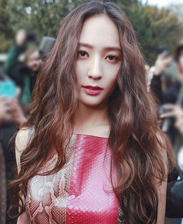 "809 Likes, 12 Comments - 林允兒 (@yoona.snsd_lim) on Instagram: ""最近想換歌單了 各位親們有沒有什麼推薦 中文 英文 韓文 都可以 @vousmevoyez  #Krystal #krystaljung #meu #鄭秀晶"""