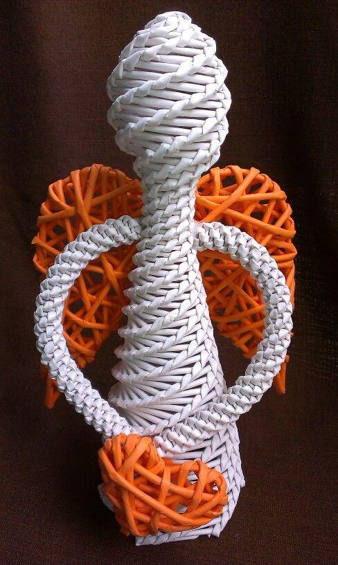 Oranžovobílý pletený anděl z papírového pedigu