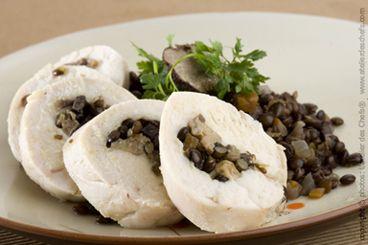 Une escalope de volaille assaisonnée de truffe hachée et farcie d'une mitonnée de lentilles au foie gras, cuite pochée et voilée d'une fine tranche de comté.