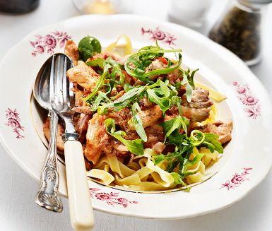På under 30 minuter tillagar du denna härligt saftiga och krämiga citronkyckling med nykokt pasta och ruccolasallad! Kycklingfilé, tomat, tärnad bacon, rödlök, citron, balsamvinäger och tagliatelle är några av ingredienserna, som tillsammans med vispgrädde smaksätter grytan och gör den ljuvlig!