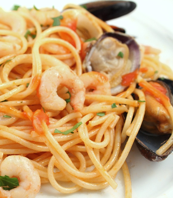 Espaguetis al Fruti di Mare http://www.salnostrum.com - Preparar una salsa de tomate. Cocinar en una sartén las almejas, mejillones hasta que se abran, agregar un poco de aceite y los camarones, sazonar con la Sal con Anchoa de l' Escala. Lavar el calamar, cortarlo y cocinarlo a fuego lento, hasta que esté tierno. Mientras hierven los espaguetis, calentar en una cazuela la salsa de tomate, con las almejas, mejillones, camarones y…
