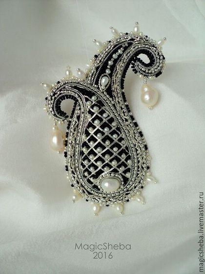 Купить или заказать Брошь Пейсли 'Принцесса', вышивка серебром в интернет-магазине на Ярмарке Мастеров. Игривая, свежая, воплощение молодости - брошь пейсли ' Принцесса'. Вышивка по объему серебром, россыпь мелких жемчужин и драгоценного бисера, крупные жемчужные подвески - невероятный ажур, красота филигранной вышивки - это все для самой-самой. Ждет свою обладательницу! Кстати, легкое украшение! На платьюшко, блузочку хорошо уместится и привлечет много восхищенного внимания к…