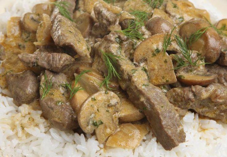 El strogonoff es un plato clásico que puede servirse de distintas formas. Es un platillo único excelente y un copetín fantástico para deleitar en cazuelitas. Se disfruta con un poco de lomo de vaca, cerdo o lengua. Sin mencionar claro, que suele acompañarse con arroz o pasta. &iexcl