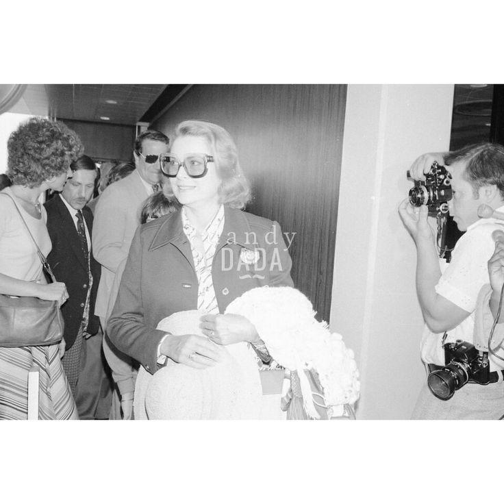 Grace Kelly 1976 Chicago 1976; Tra i passeggeri del #aeroporto di #Chicago, compare inaspettatamente la #principessa #GraceKelly di #Monaco. Portamento semplice e raffinato, nulla di appariscente. L'eleganza della principessa-attrice contrasta con il rumore dei flash e il succedersi delle domande dei giornalisti. #vintage #fotografia #icona #cinema