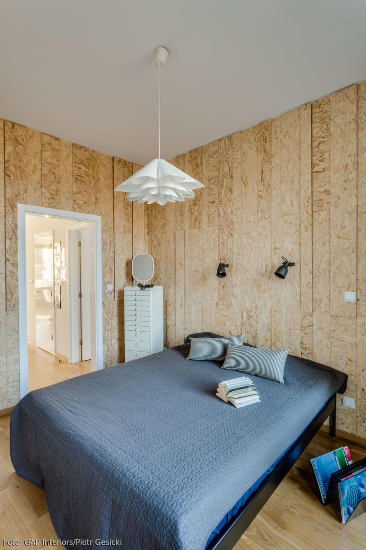Wandgestaltung mit OSB-Platten: Kombiniert mit modernen Möbeln bekommt das Schlafzimmer einen coolen Schliff. Mehr Ideen auf roomido.com #roomido