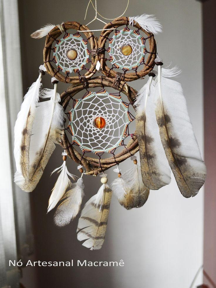 Coruja apanhador dos sonhos feita com penas de coruja branca, com fios encerado , cipó natural, padre pérola e cascalhos de cristais.