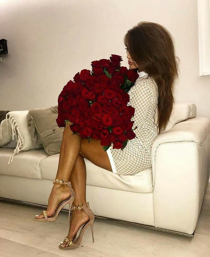Шикарного брюнетка с букетом цветов