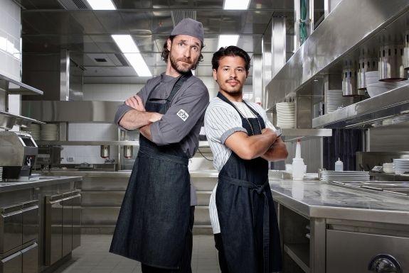 Heb jij de nieuwe serie All-In Kitchen al gezien? Goede vrienden Tjé (Géza Weisz) en Hein (Javier Guzman) gaan op zoek naar een nieuw doel, appartement en een nieuwe vrouw in hun leven... Kijk nu bij NLziet: https://www.nlziet.nl/i/c17f0265-3f5c-3cd1-b423-1bfe7d0b5dbd?code=Pin_RTL