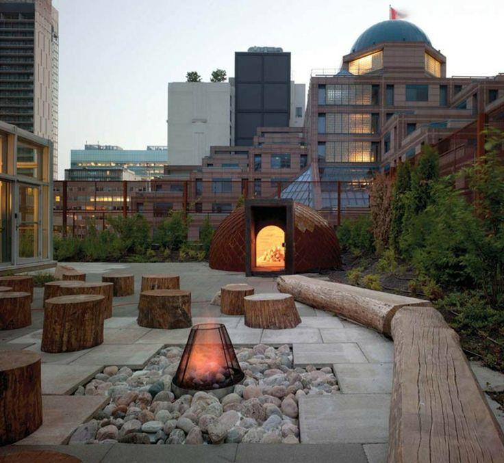 Die Feuerstelle befindet sich inmitten von Steinen auf einer Dachterrasse