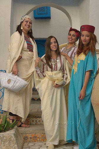 """Recontre de jeunes femmes en tenue traditionnelle devant l'entré de la maison """"Dar el-Annabi"""" à Sidi Bousaid Photo BernardG octobre 216 #Tunisia #Orientalisme https://www.flickr.com/photos/bernardgrua/29482883624/in/album-72157622803474827/"""