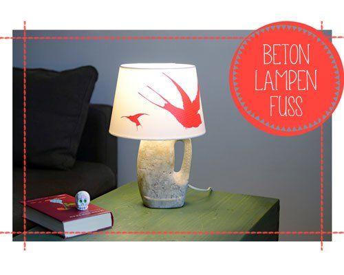 Betonlampe gießen Die Betonlampe können Sie ganz einfach selbst gießen - als Form dient eine Flüssigwaschmittel-Flasche. Und weil die einen Henkel hat, lässt sich die Lampe gut dorthin tragen, wo sie gerade gebraucht wird ... <br /><br /> <b>Das brauchen Sie:</b> <br /> <p>– Plastik-Flasche (z.B. von Flüssigwaschmittel)<br /> – Ruck-Zuck-Beton aus dem Baumarkt<br /> – eine Lampenfassung mit Kabel, Stecker und Schalter<br /> – Maler-Krepp-Band<br /> – Schaschlik-Spieße o.ä.<br /> –…