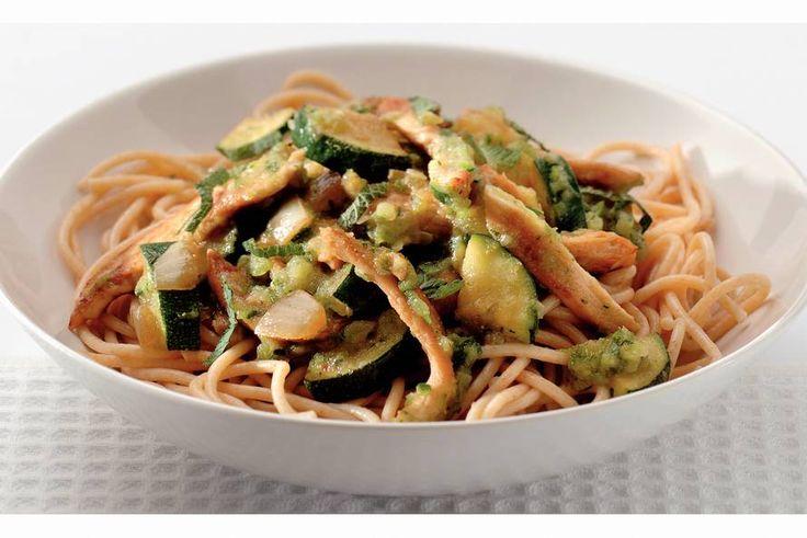 Kijk wat een lekker recept ik heb gevonden op Allerhande! Spaghetti met courgette-muntsaus en kip