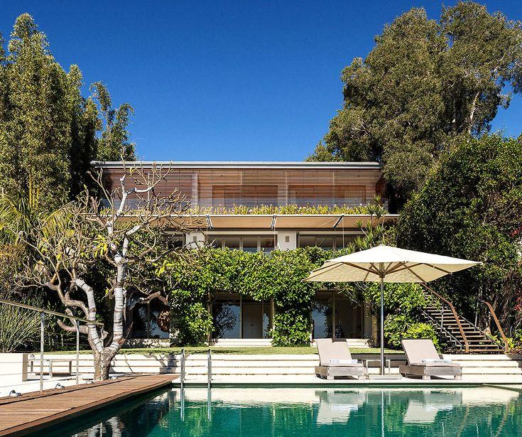 La vegetación se funde con la arquitectura de la casa.