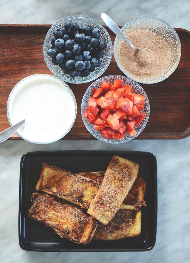 Fattiga riddare är perfekta till den där helgfrukosten. Och med tillbehör så kan du sätta egen touch på det. Rekommenderar kardemummayoghurt!