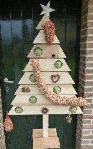 Kerstboom voor de vogels. Fleurt het kale terras op tijdens de wintermaanden.