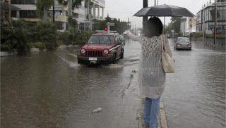 Στα δυτικά και τα βόρεια αναμένονται νεφώσεις με βροχές και καταιγίδες κατά τόπους ισχυρές, ενώ παράλληλα ευνοείται η μεταφορά αφρικάνικης σκόνης. Οι νότιοι άνεμοι θα πνέουν με 7 μποφόρ