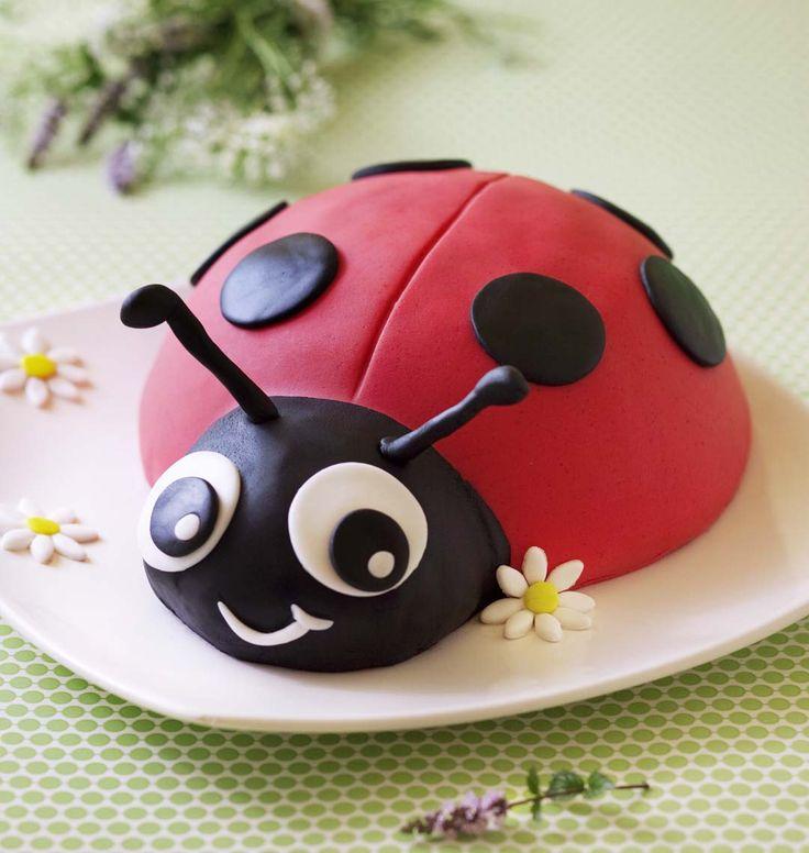 Un gâteau d'anniversaire bien gourmand qui devrait plaire aux enfants ! Pour faire cette jolie coccinelle, suivez nos conseils d'utilisation de pâte à sucre