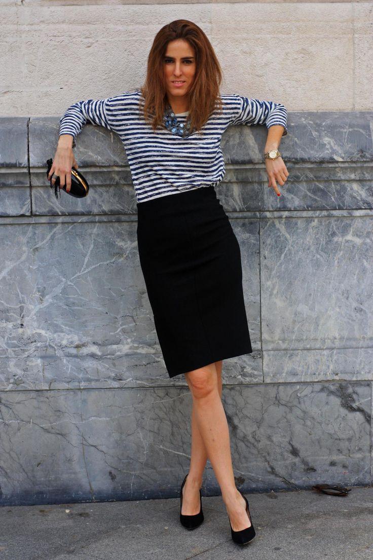 Blog de moda - Hoy os traemos un estilismo sobre cómo combinar una falda lápiz negra. Combinamos una falda con camiseta básica de rayas y collar de piedras #faldalapiz #navy #pencilskirt #looks #casual #chic #streetstyle #thvlooks #thehighville #fashionblogger #thehighville www.thehighville.com