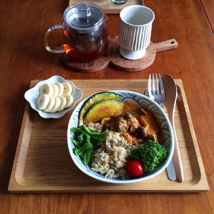 instagram - ほろほろチキンときのこのトマトカレー。かぼちゃのグリルにピーマン炒め。ブロッコリーにプチトマト。バナナ。