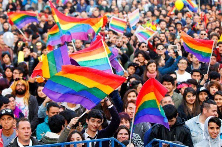 """Más de cien mil personas participaron en Chile en la XVI edición de la Marcha del Orgullo Gay, convocada por las principales organizaciones que agrupan a las minorías sexuales en el país austral.</p> <p>Familias completas se unieron a la manifestación, multicolor y pacífica que se celebró en Santiago, Calama, La Serena, Talca, Concepción y Puerto Montt, denominada este año """"Ma..."""