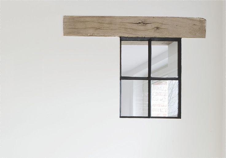 afwerkingsdetail hout en zwartgelakt raam