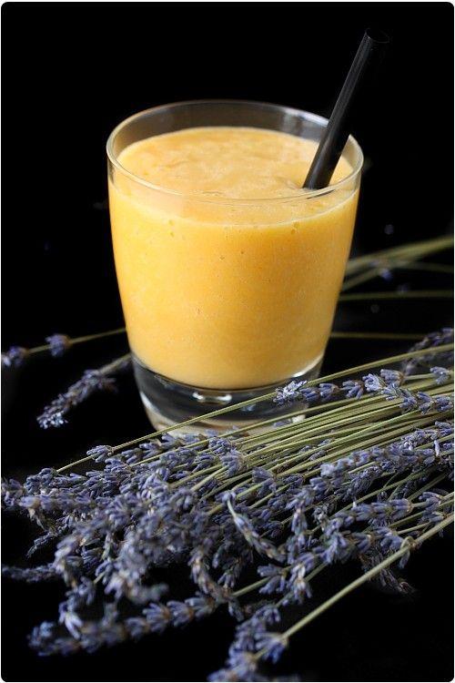 Pêche, abricot et banane sont un mariage très réussi pour ce smoothie. Il y a du soleil et de la douceur dans cette boisson. Je suis partie sur une base de