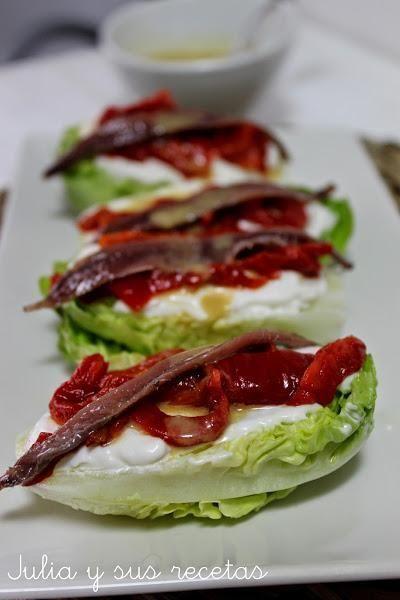 Cogollos con vinagreta de anchoas. Verá qué aperitivo puedes hacer en un momento teniendo como base unos cogollos de lechuga. Te apuntan cómo hacerlos desde el blog Julia y sus Recetas. #recetas
