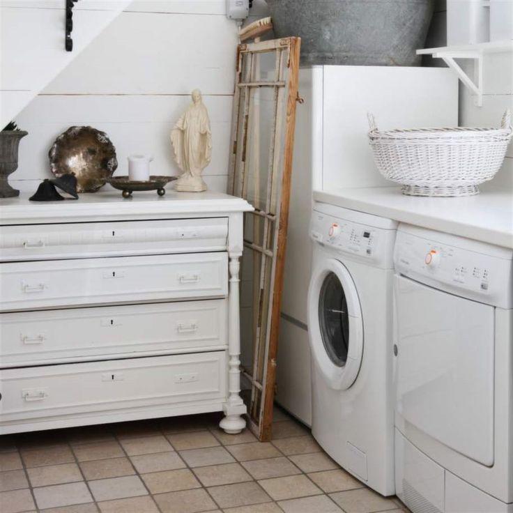 Tvättstuga. Tvättstugan har fått en lantlig inredning med en gammal byrå och diverse stilleben.