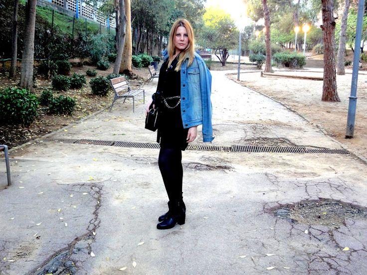 #vestido #negro #camisero con una simple #chaqueta #tejana completo el #look.Que os parece?lo llevo con unos botines de piel de #Zara. http://siguemispasos.tiendaonlinebcn.es/black-dress-shirt/