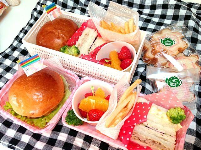 今日は近所のお友達の分も(≧∇≦)  ・チキンカツバーガー ・サンドイッチ        (卵 ツナ ハムきゅうり) ・フライドポテト ・オレンジ イチゴ  ・イチゴロールパン - 14件のもぐもぐ - チキンカツバーガー弁当 by mikamimoza