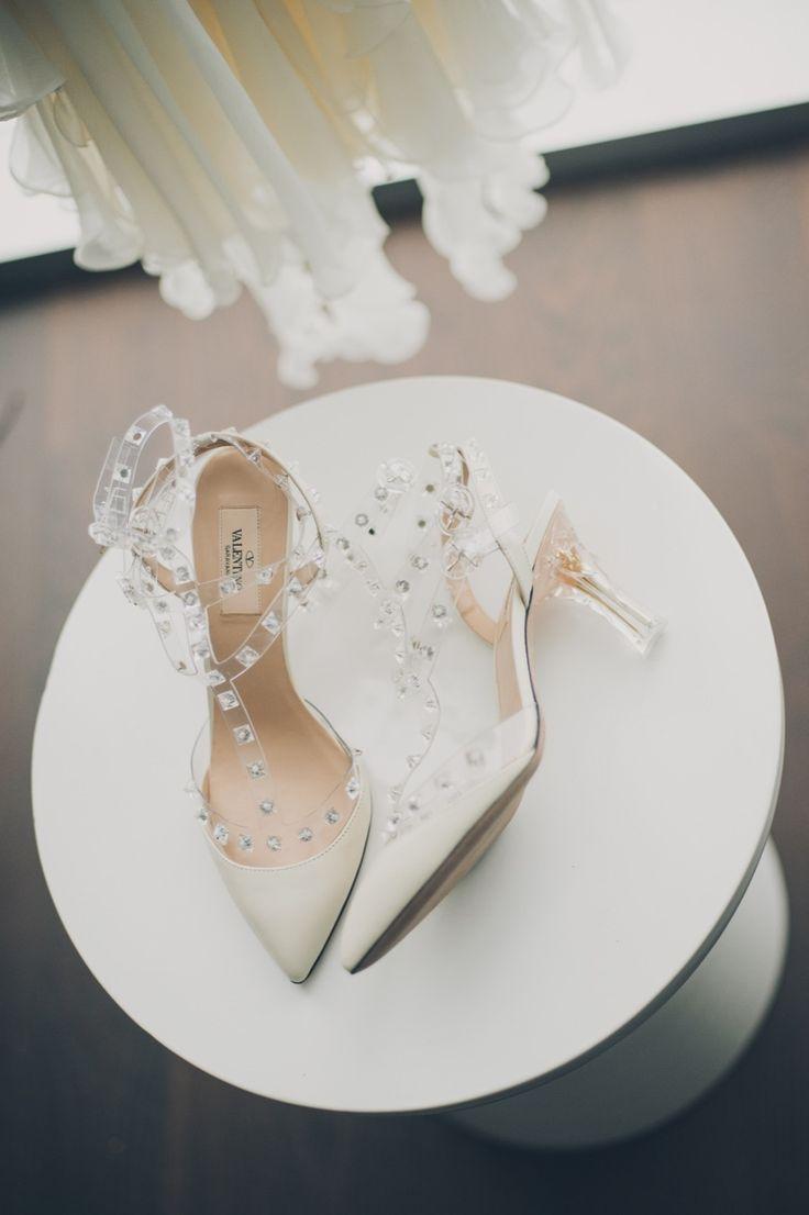Um dos modelos de sapatos mais famosos de Valentino é uma excelente opção para as noivas chiques e modernas.